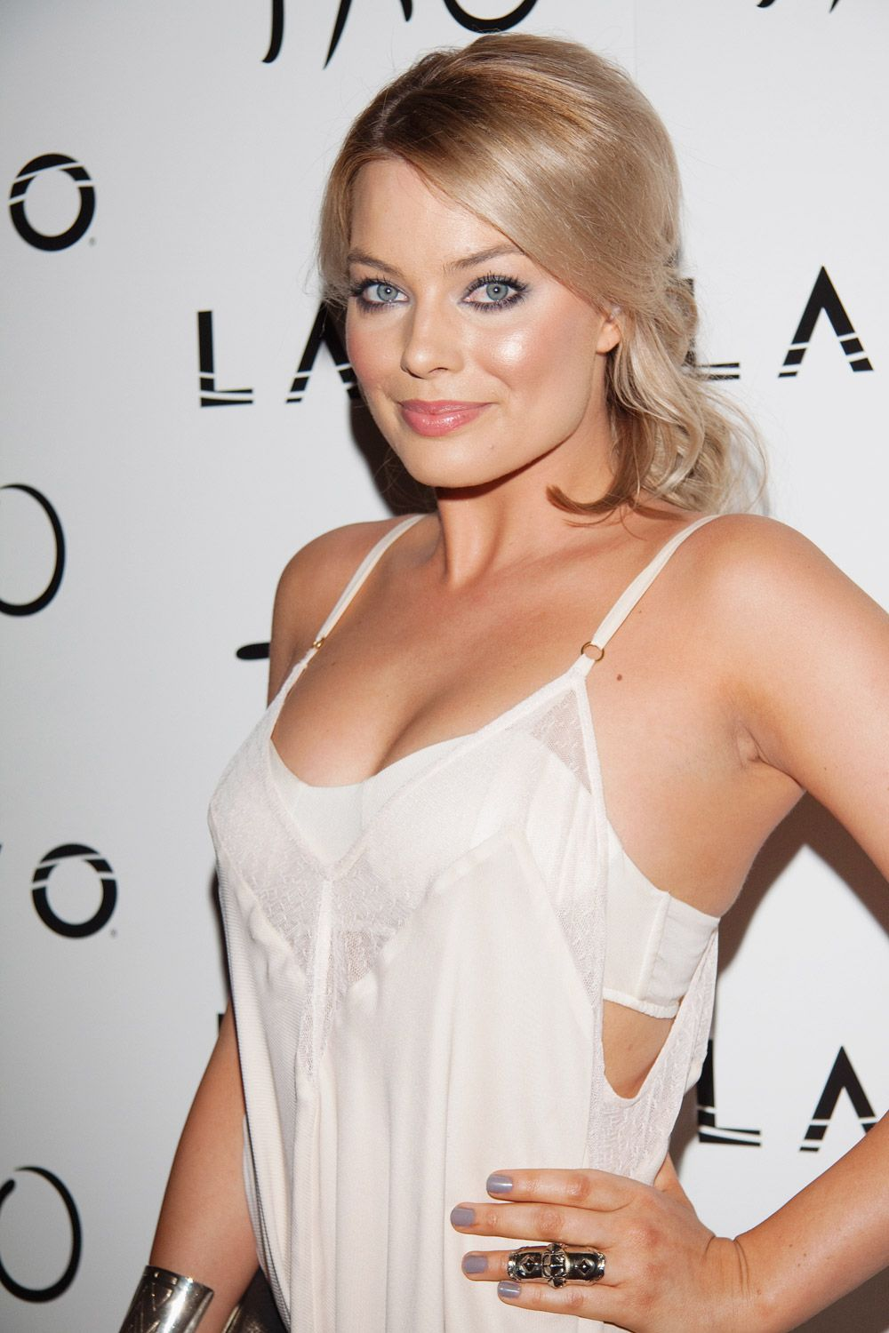 Margot Robbie cleavage