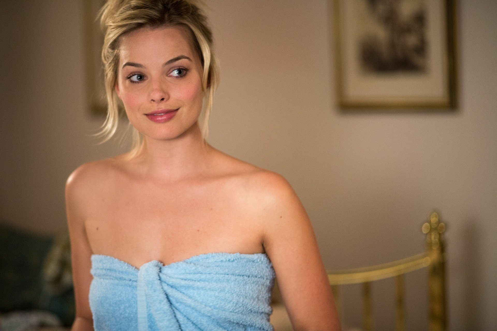 Margot Robbie in towel