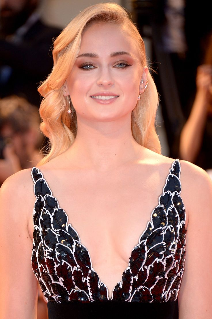 Sophie Turner Cleavage Show