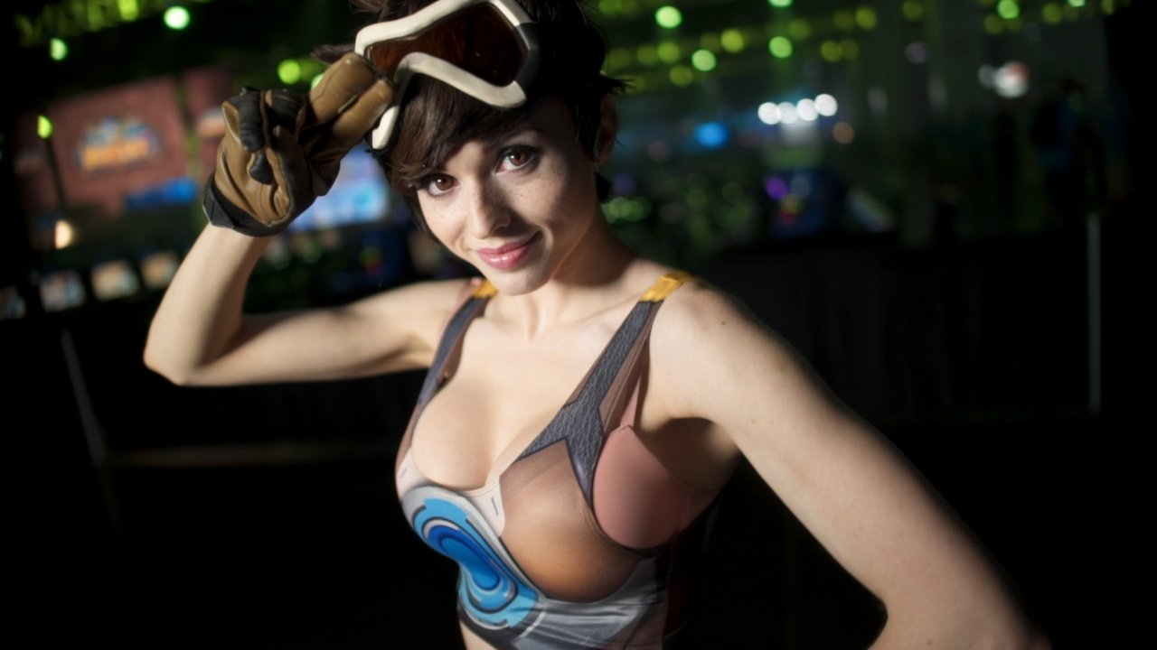 Tracer Sexy Cleavage