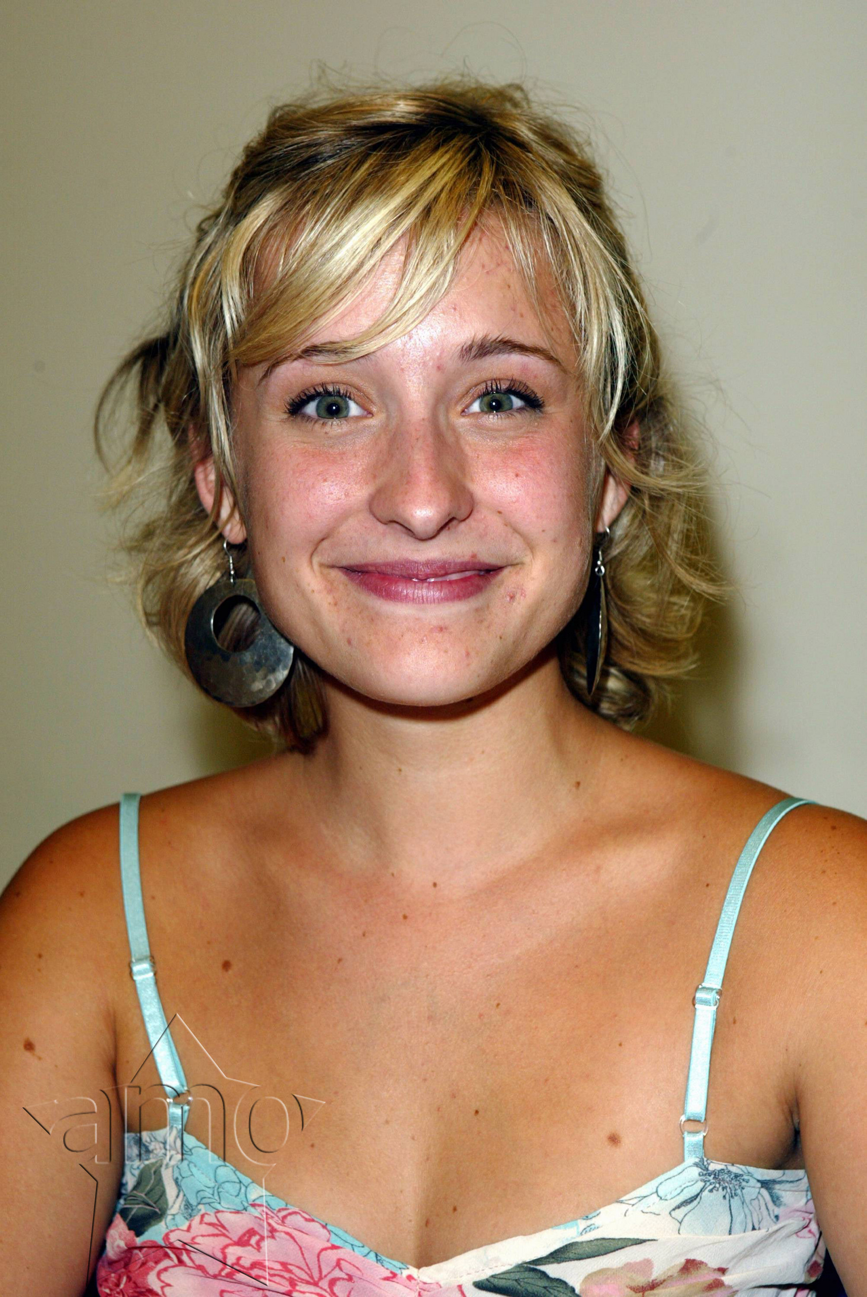 allison mack hot cleavge