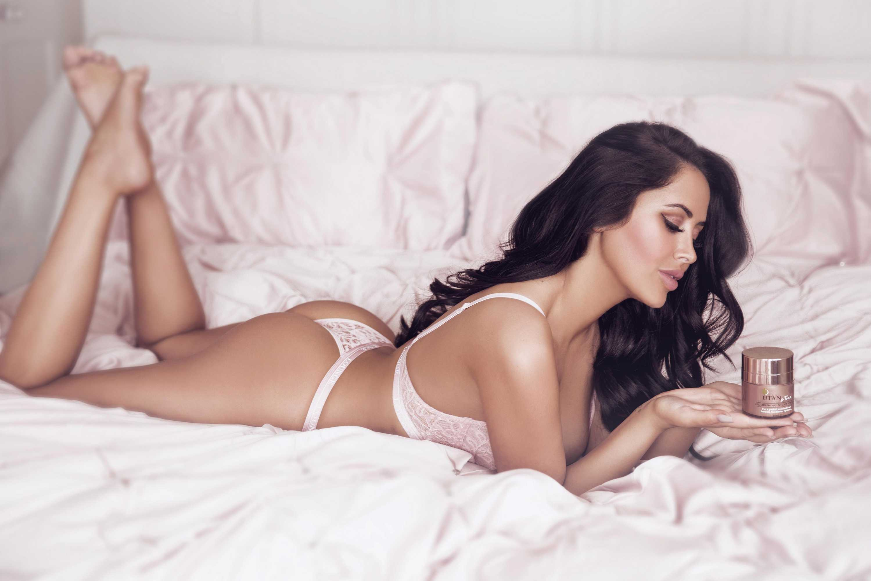 Marnie Simpson in Bed
