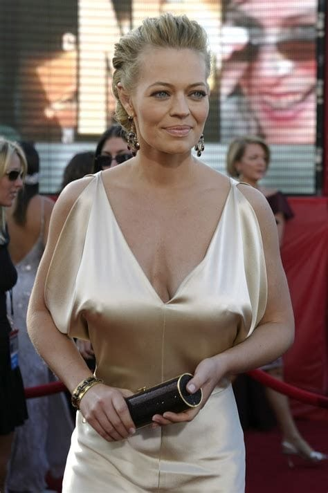 jeri ryan bra less