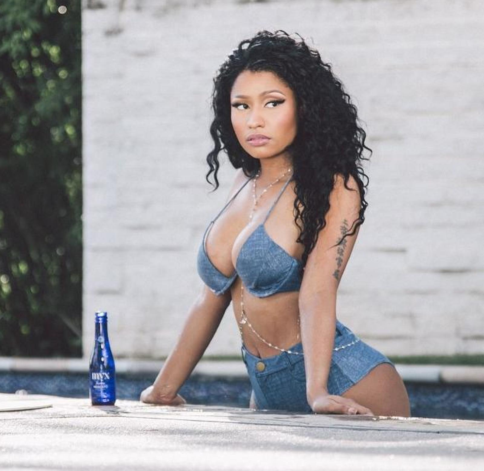 nicki minaj looking sexy