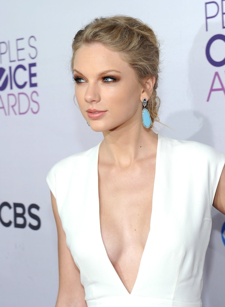 taylor swift cleavage pictures