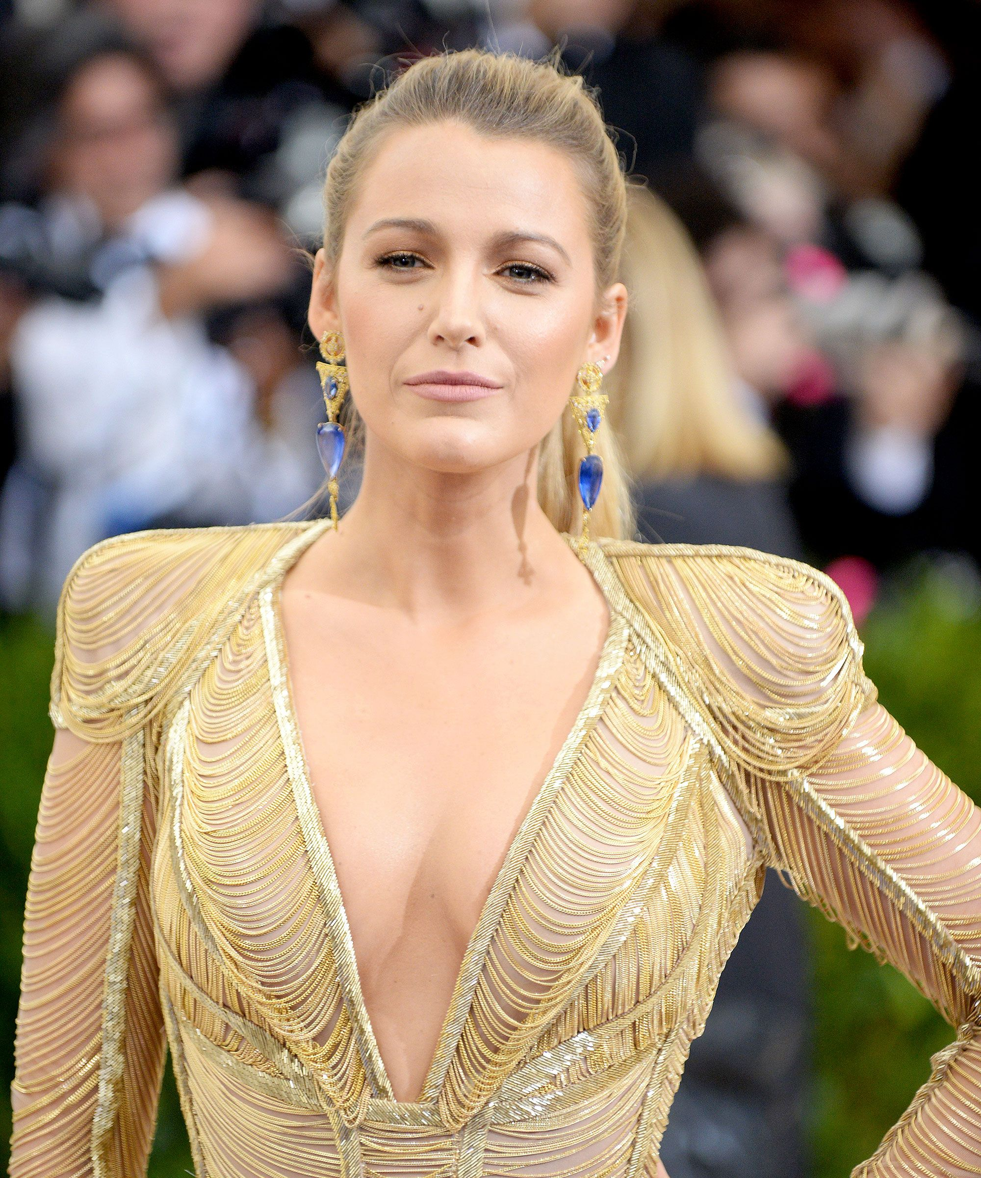 Blake-Lively-Cleavage-Show-min