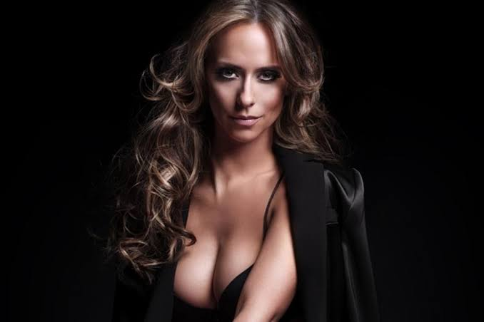 Jennifer Love Hewitt Showing Boobs