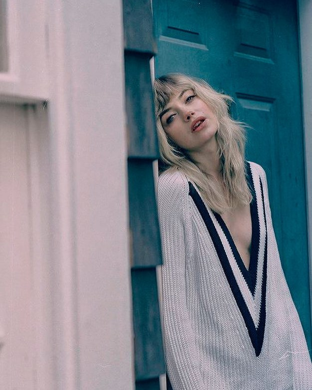 imogen poots sexy cleavage