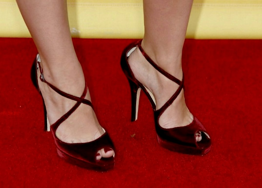 Elisha Cuthbert Beautiful Feet Image