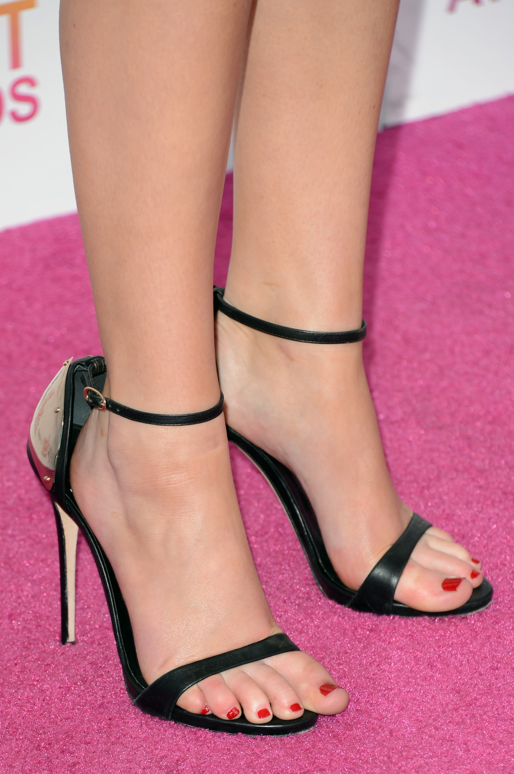 Jennifer Lawrence sexy feet pictures