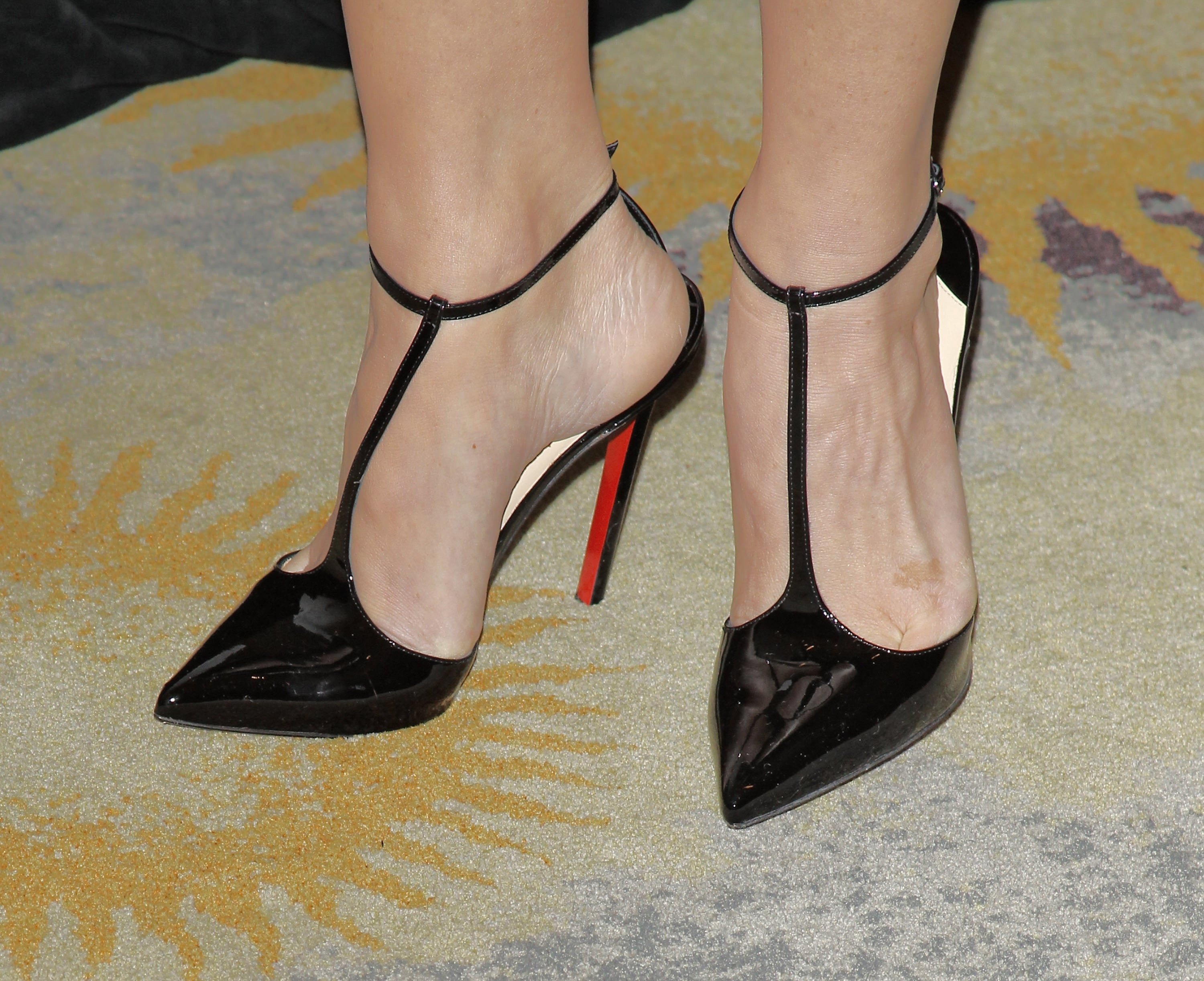 Olivia-Munn-Sexy Feet in high heels picture