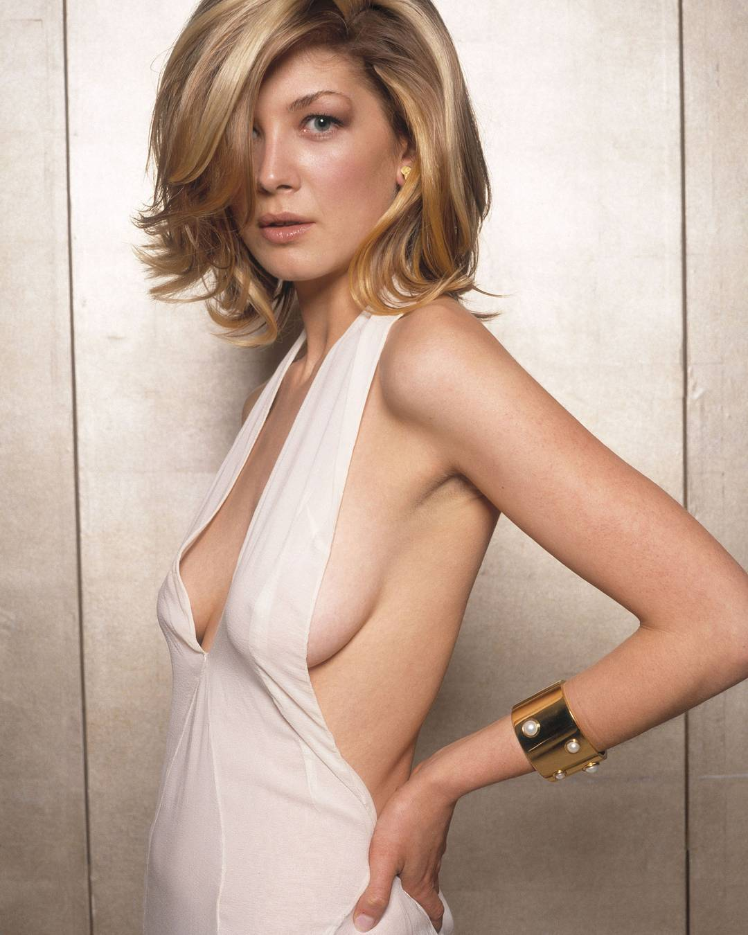 Rosamund Pike side boobs sexy