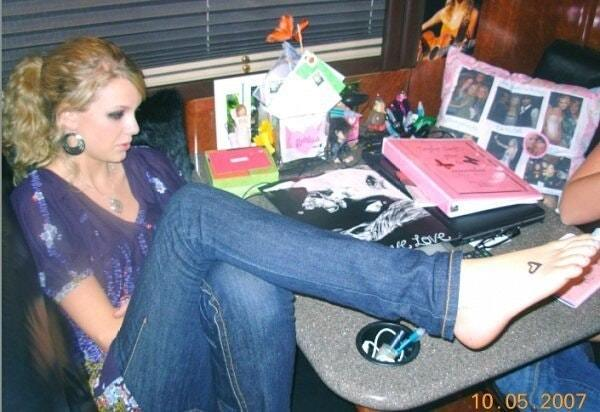 Taylor-Swift-Feet-awesoem pictures