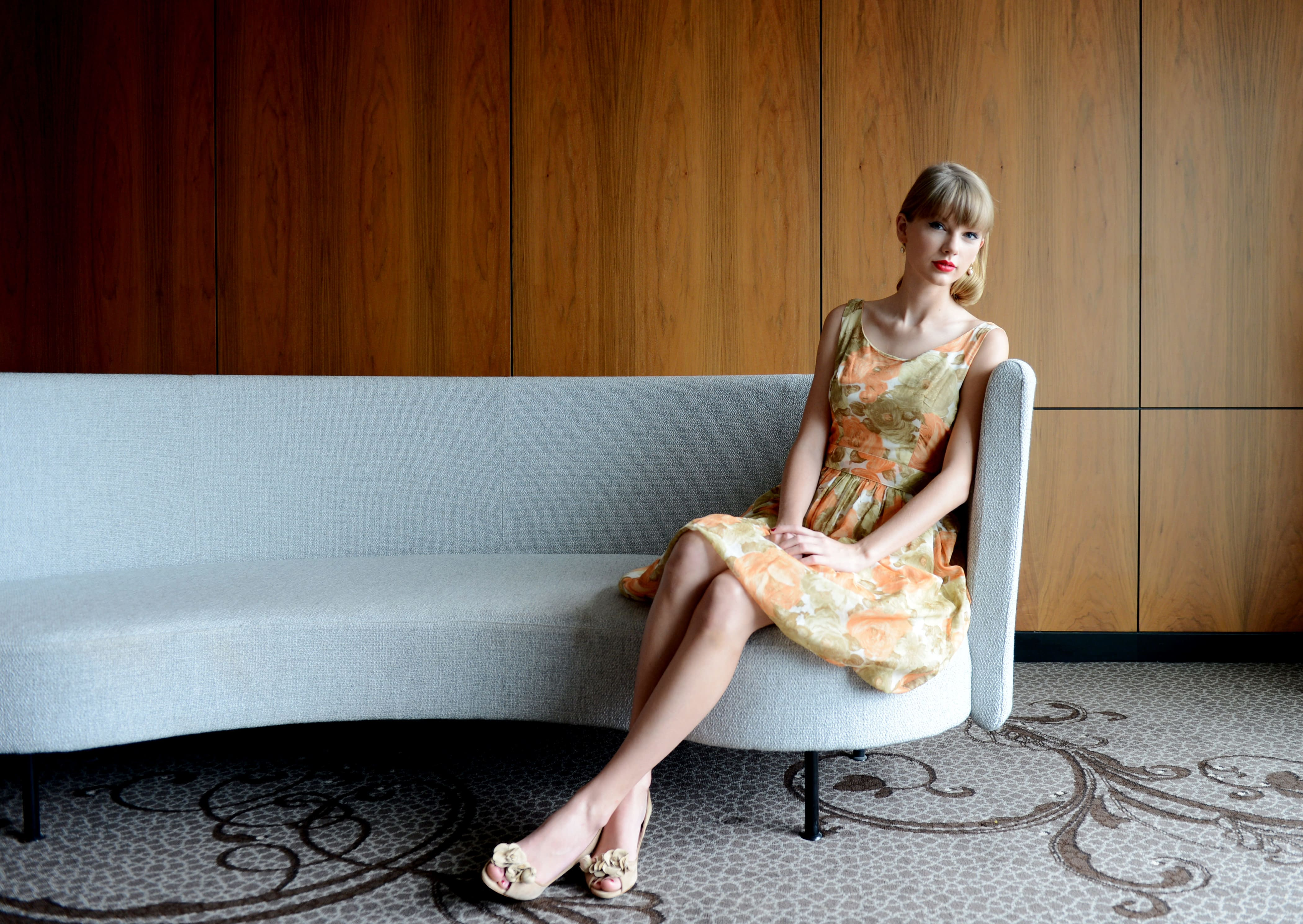 Taylor-Swift-Feet-beautiful pictures