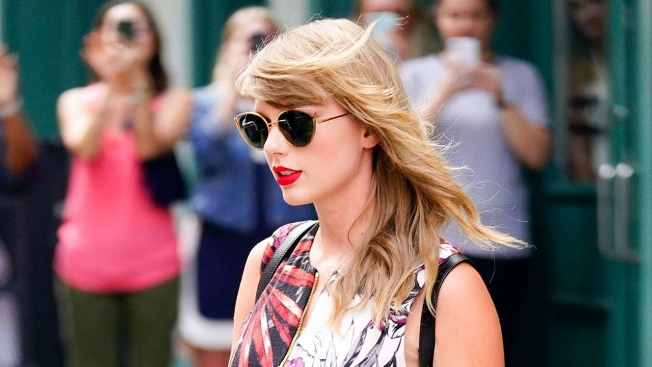 Taylor Swift wearing Gaugle