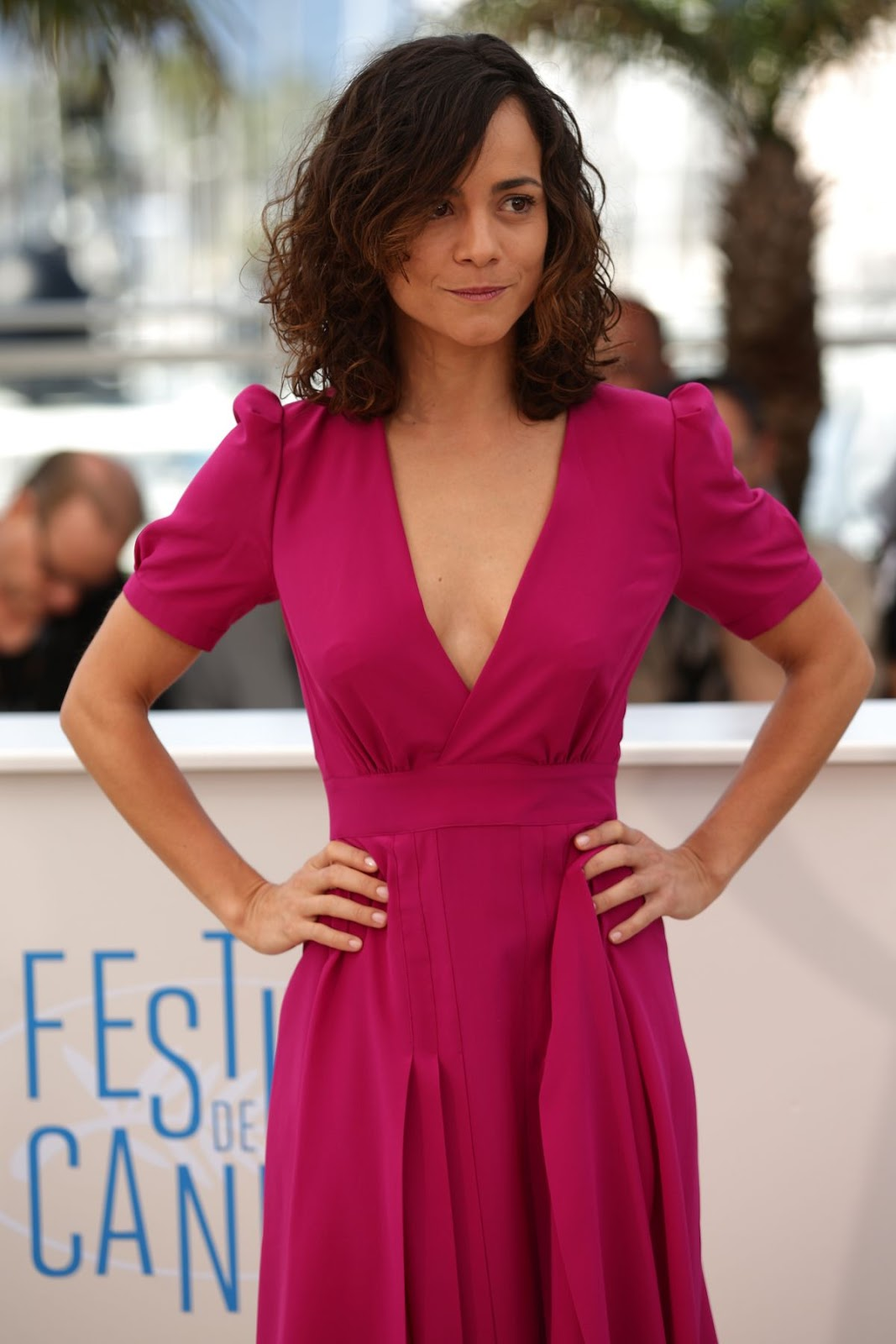 alice braga red dress (2)