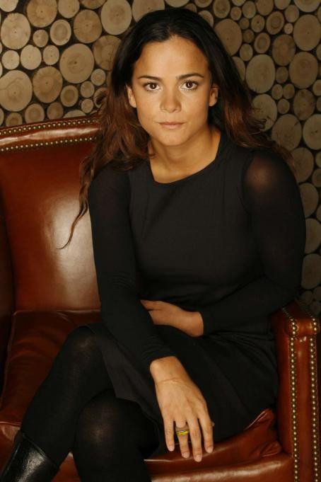 alice braga sexy black dress