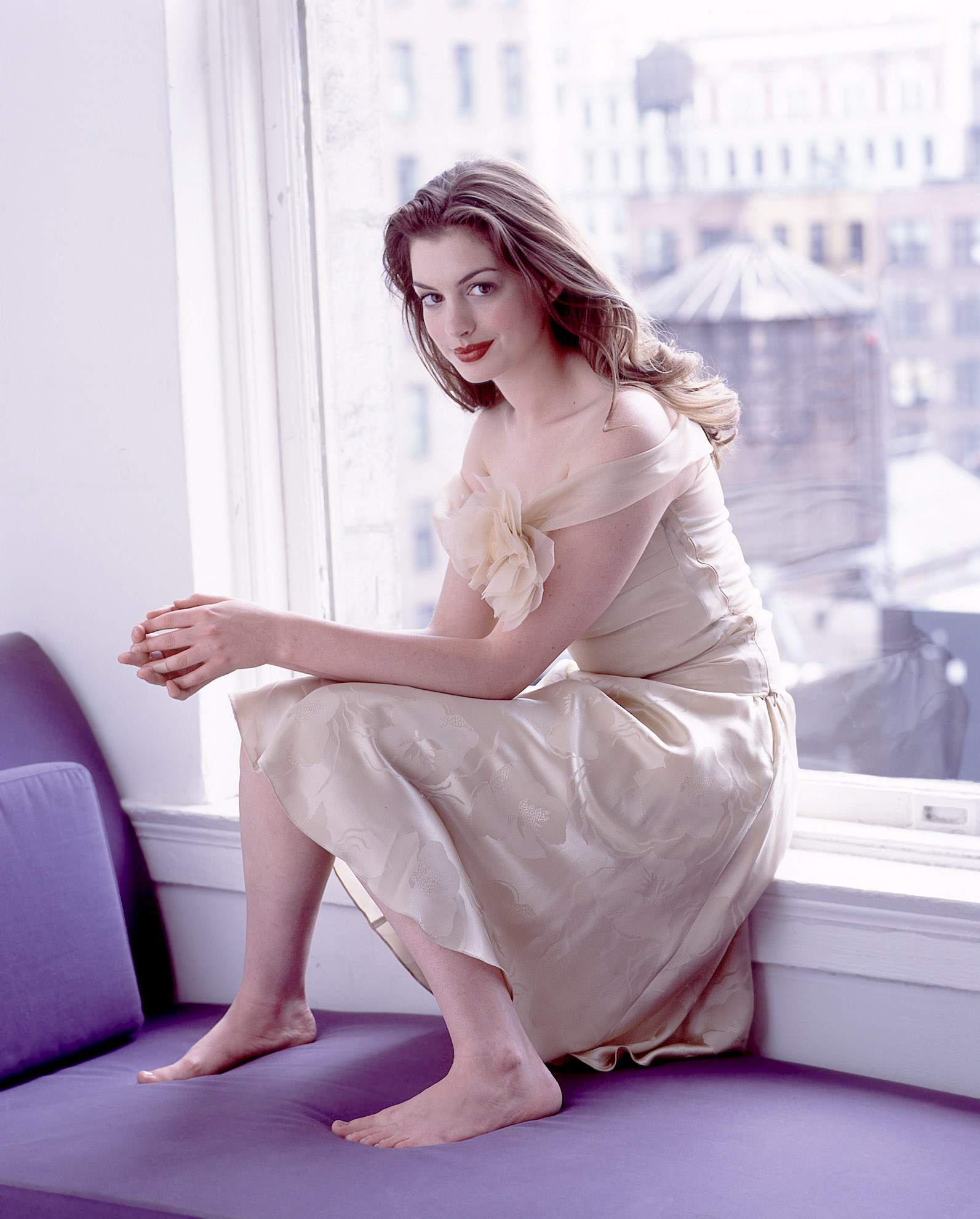 anne hathaway awesome bare feet pics