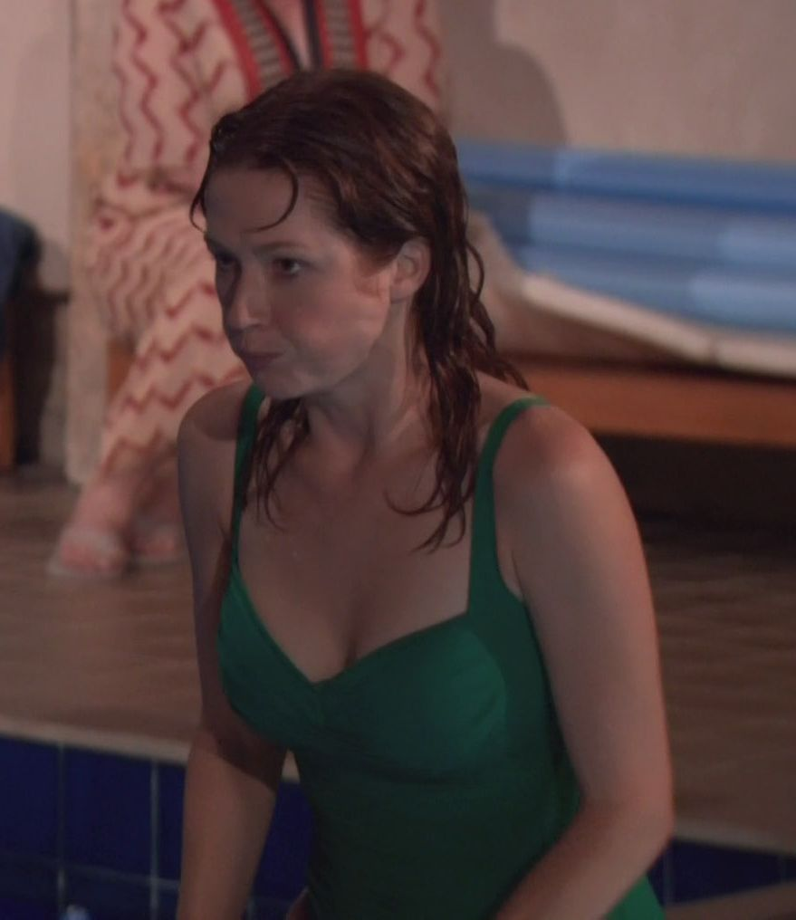 ellie kemper sexy cleavages (2)