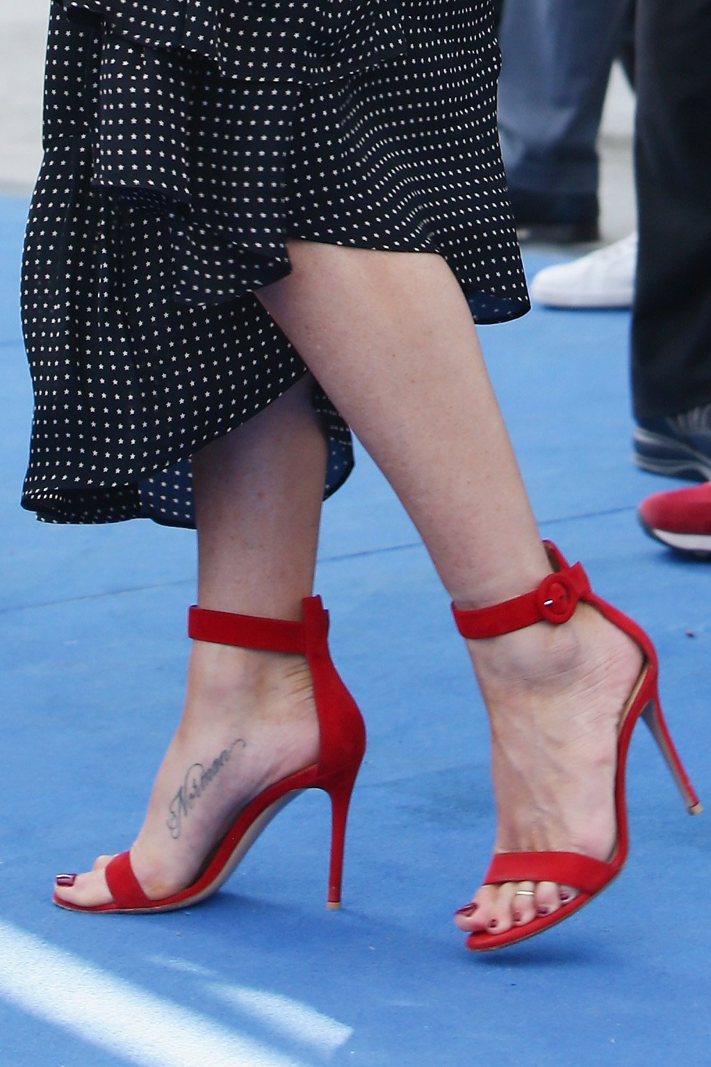 49 hottest jennifer aniston sexy feet pictures are truly gorgeous - Jennifer aniston barefoot ...