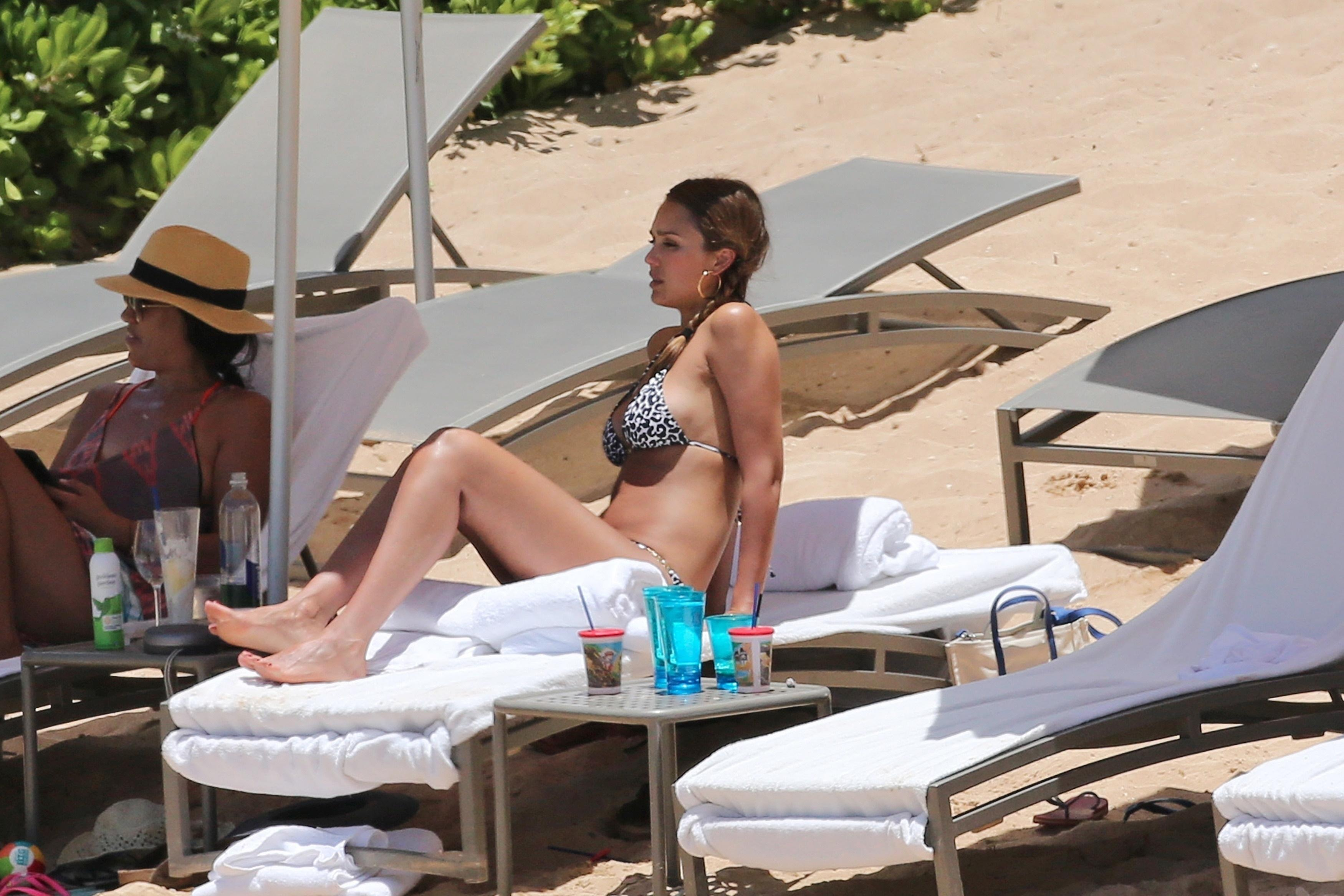 jessica alba sexy bare feet photo