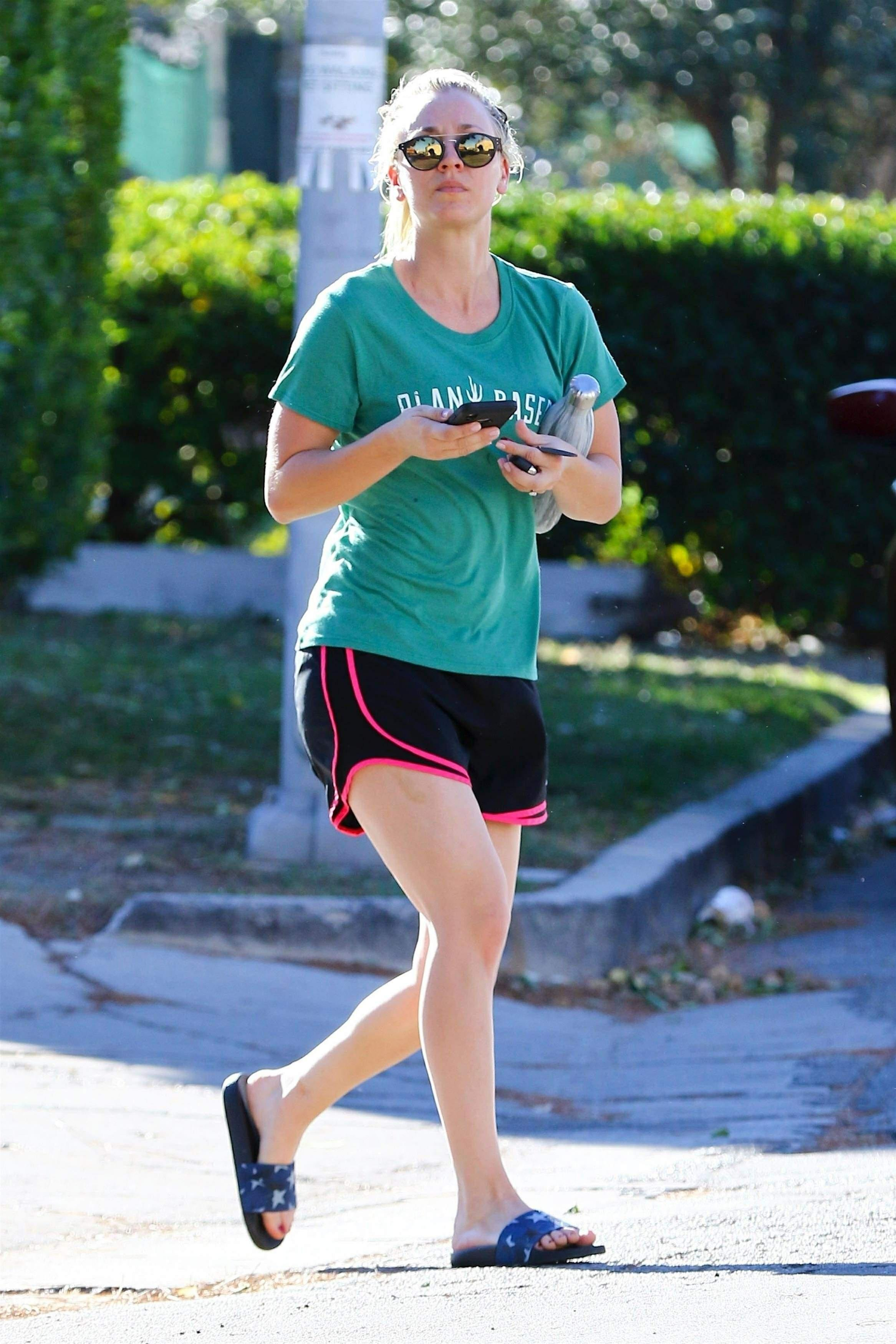 kaley cuoco hot feet pictures