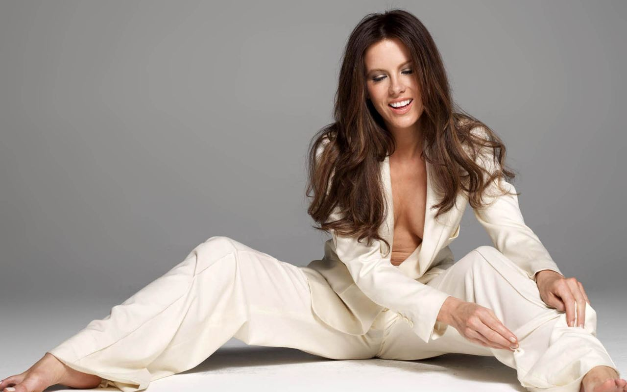kate beckinsale cleavage pictures