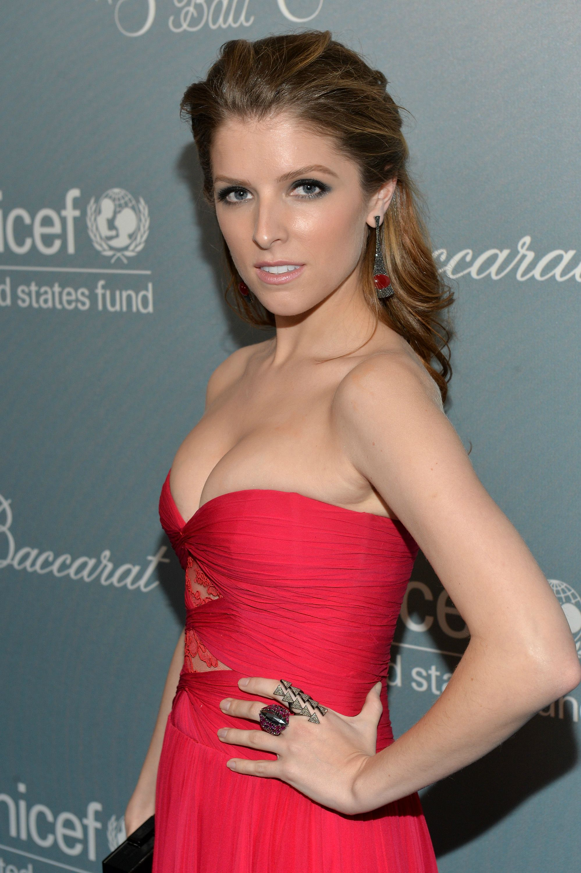 Anna Kendrick cleavages sexy