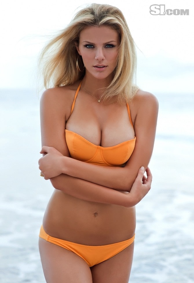 Brooklyn Decker cleavages hot pictures