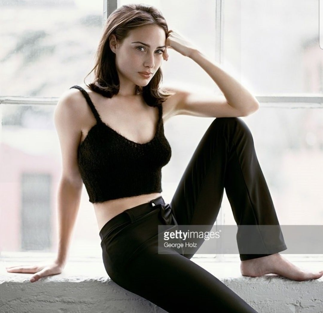 Claire-Forlani-awesome cleavages