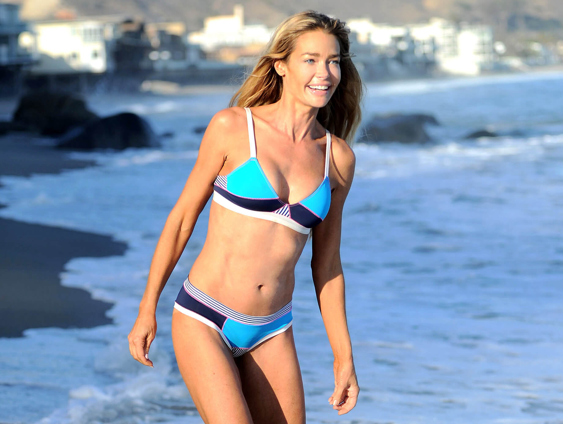 Denise Richards sexy sea beach (2)