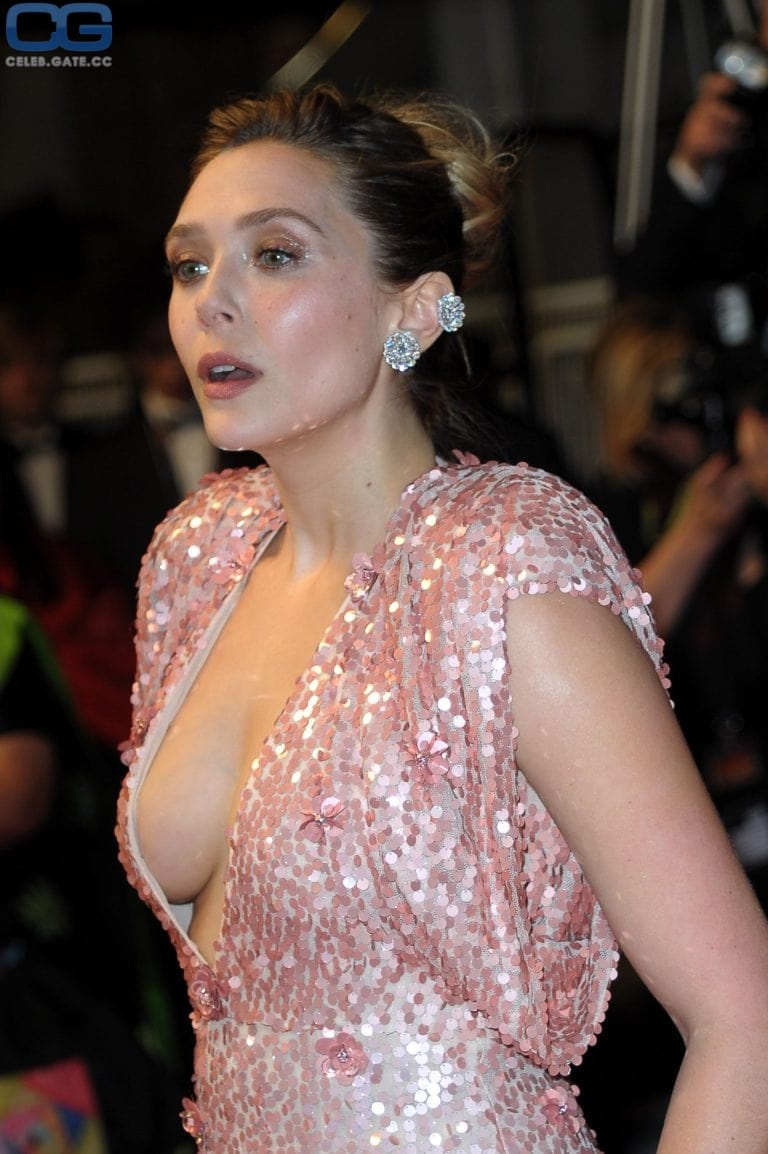 ELizabeth Olsen cleavages hot pictures