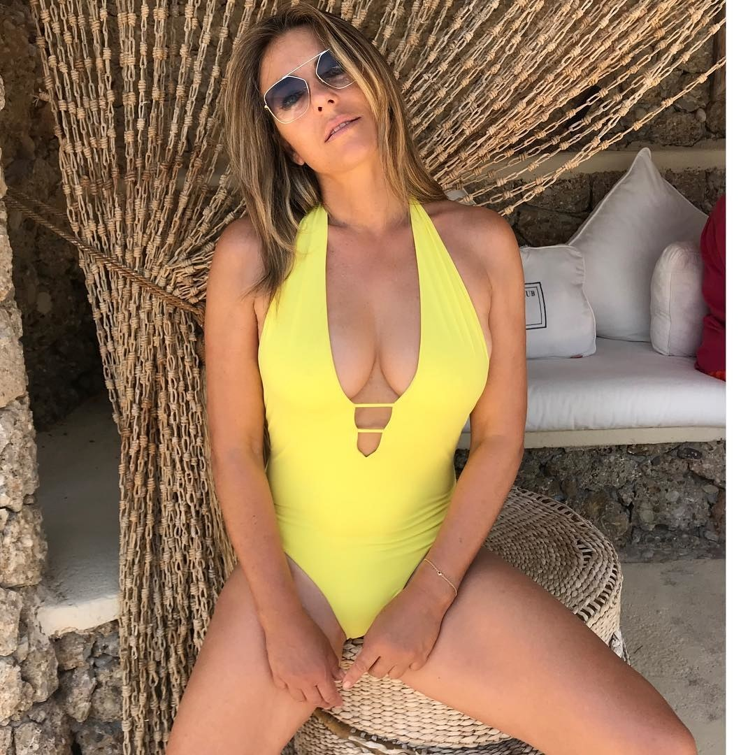 Elizabeth Hurley cleavages awesome