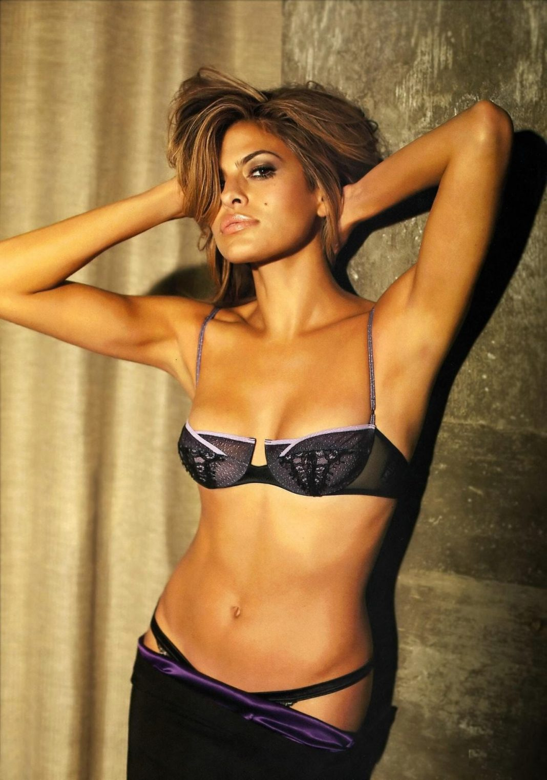 Eva mendes strips off for sexy new lingerie ads