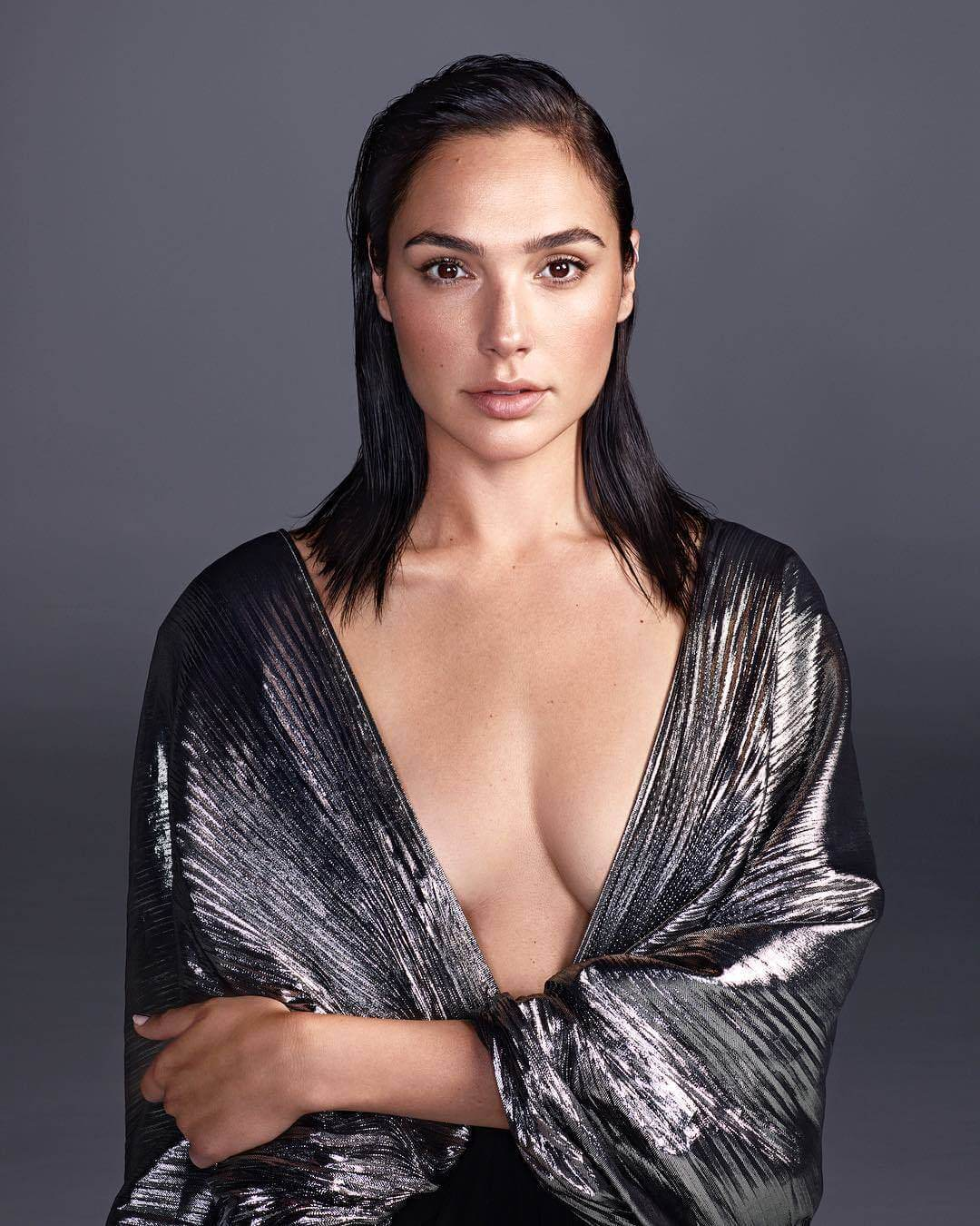 Gal Gadot sexy cleavage pics