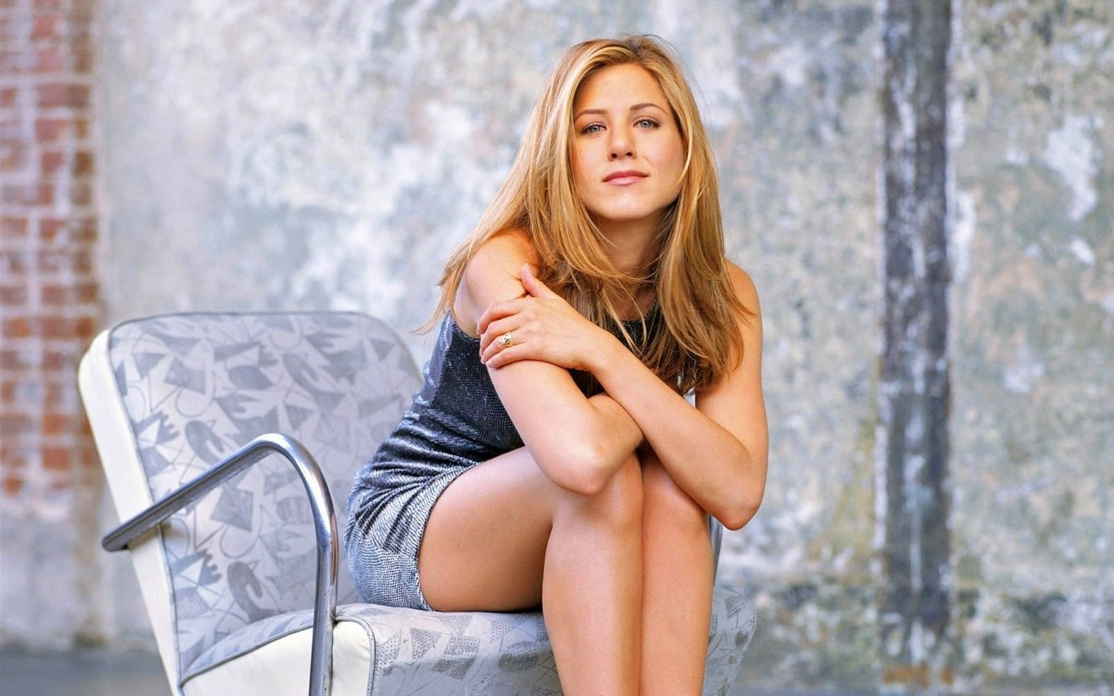 Hollywood_Actress_Jennifer_Aniston_Sitting_on_Chair-min