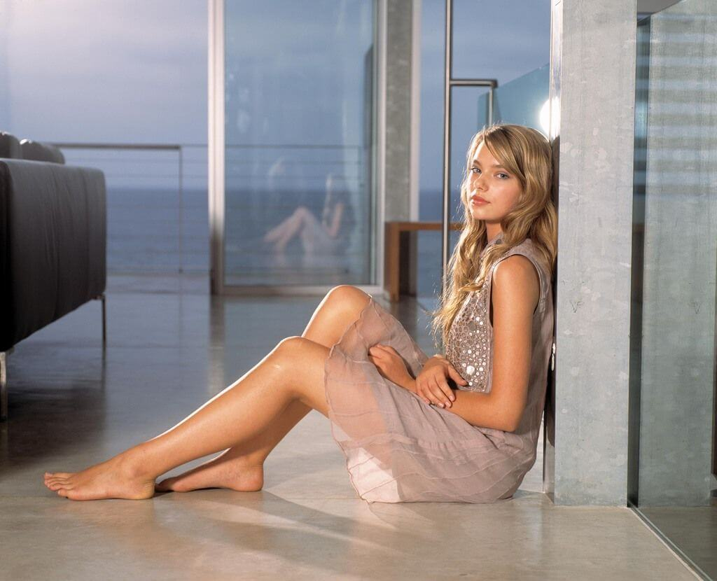 Indiana Evans hot thigh