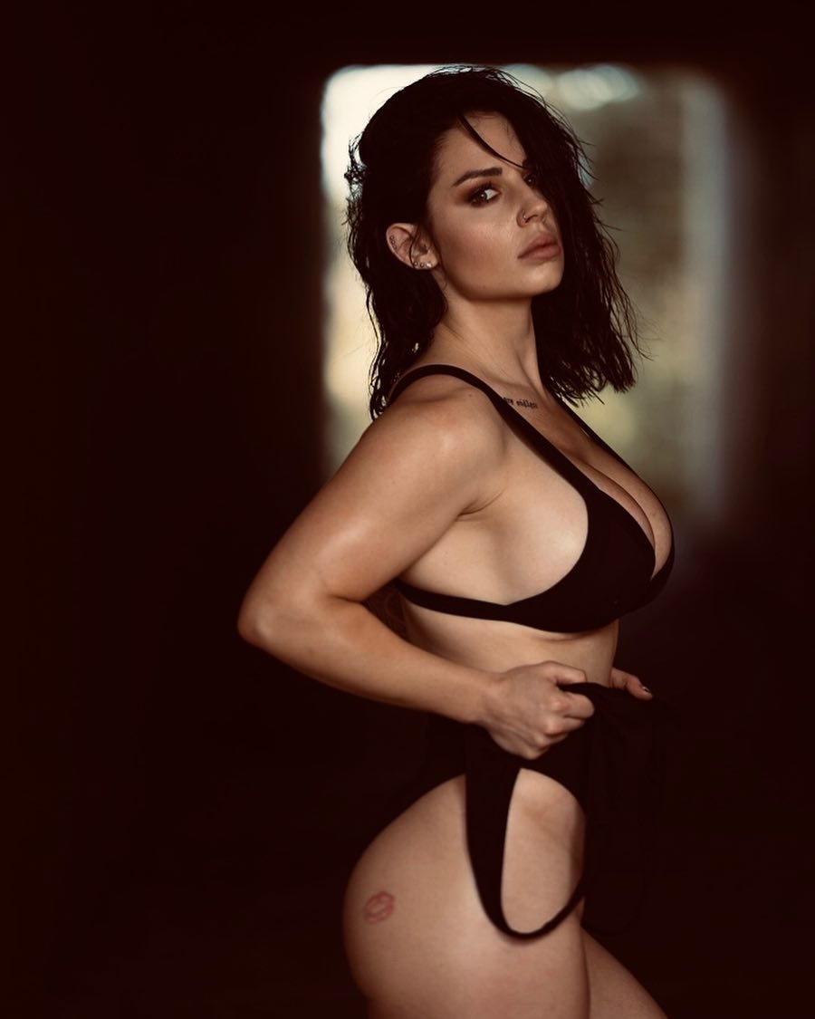 Kaitlyn Side Big Boobs Pictures