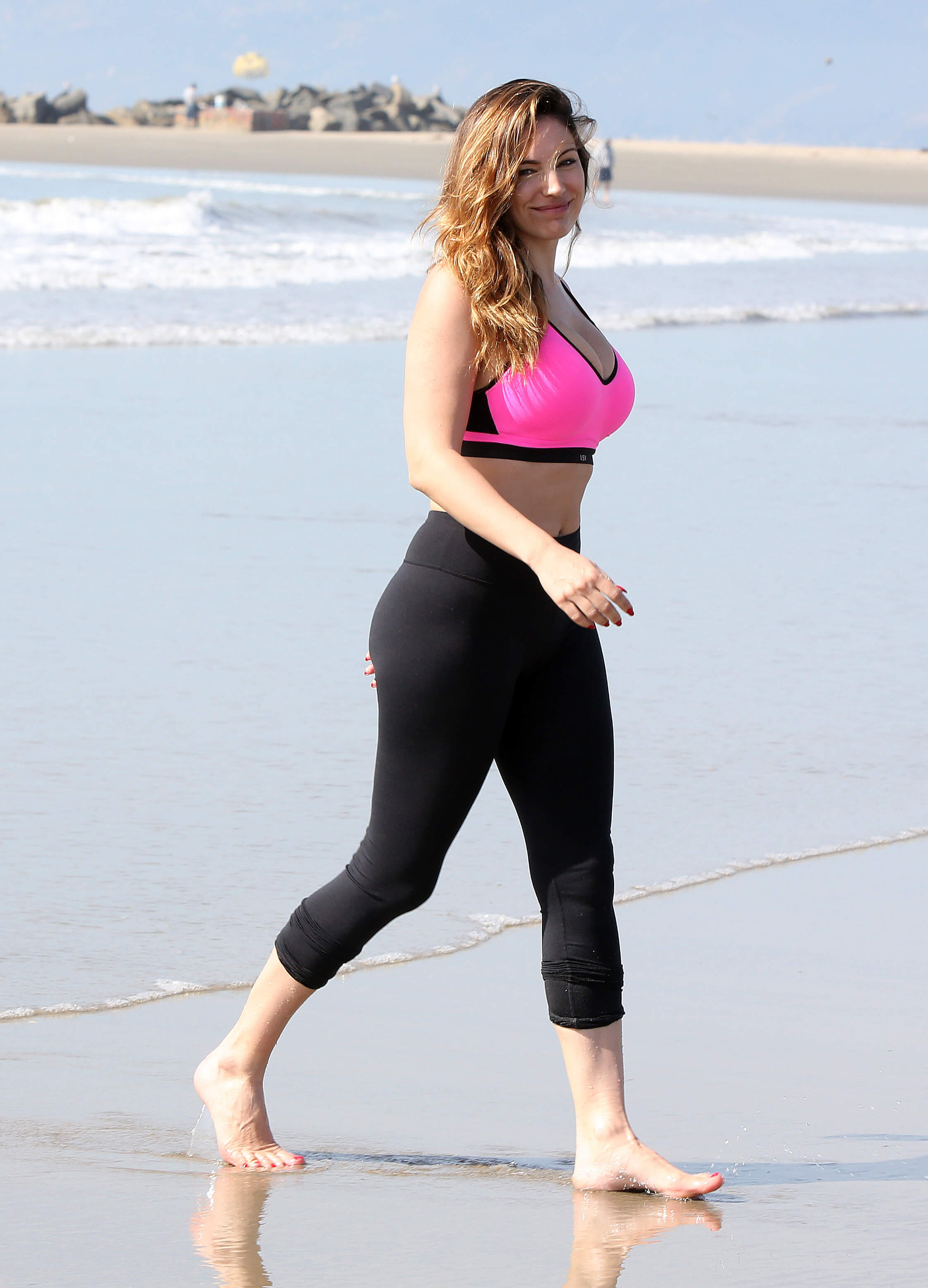 Kelly-Brook beach pictures