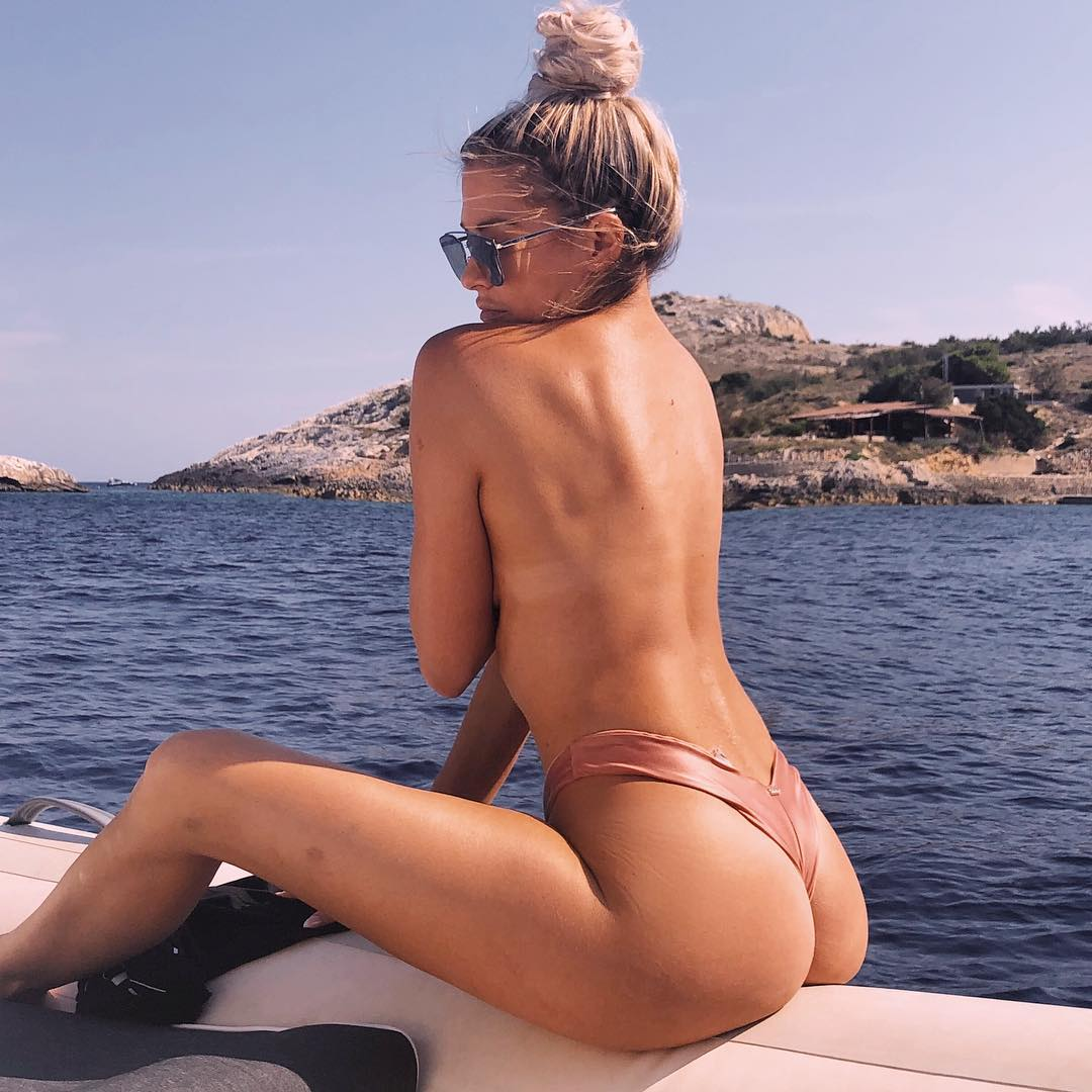Kelly-Kelly booty pic
