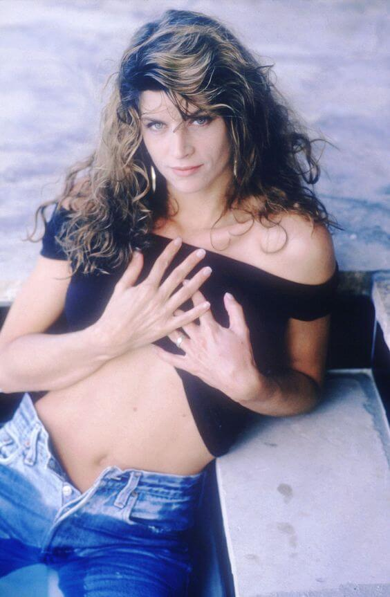 Kirstie Alley hot cleavages (2)