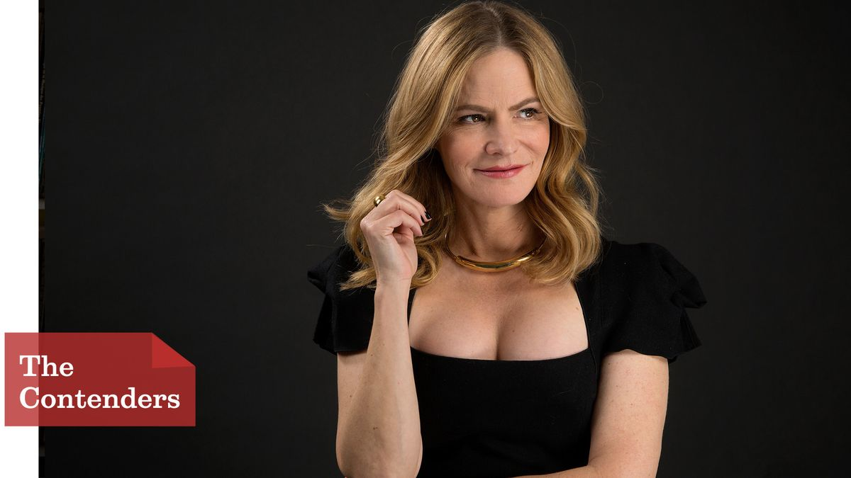 jennifer-jason-leigh awesome cleavages 1