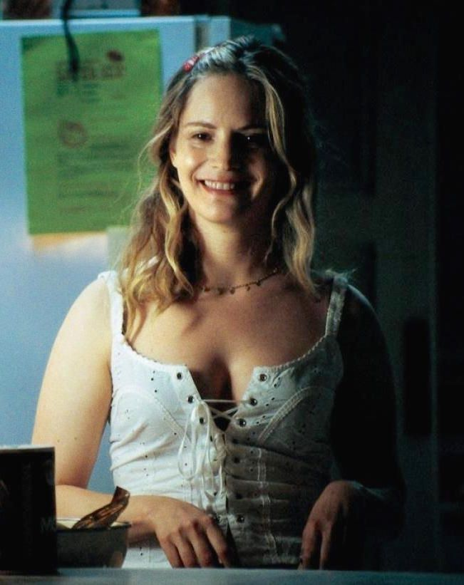 jennifer-jason-leigh awesome cleavages