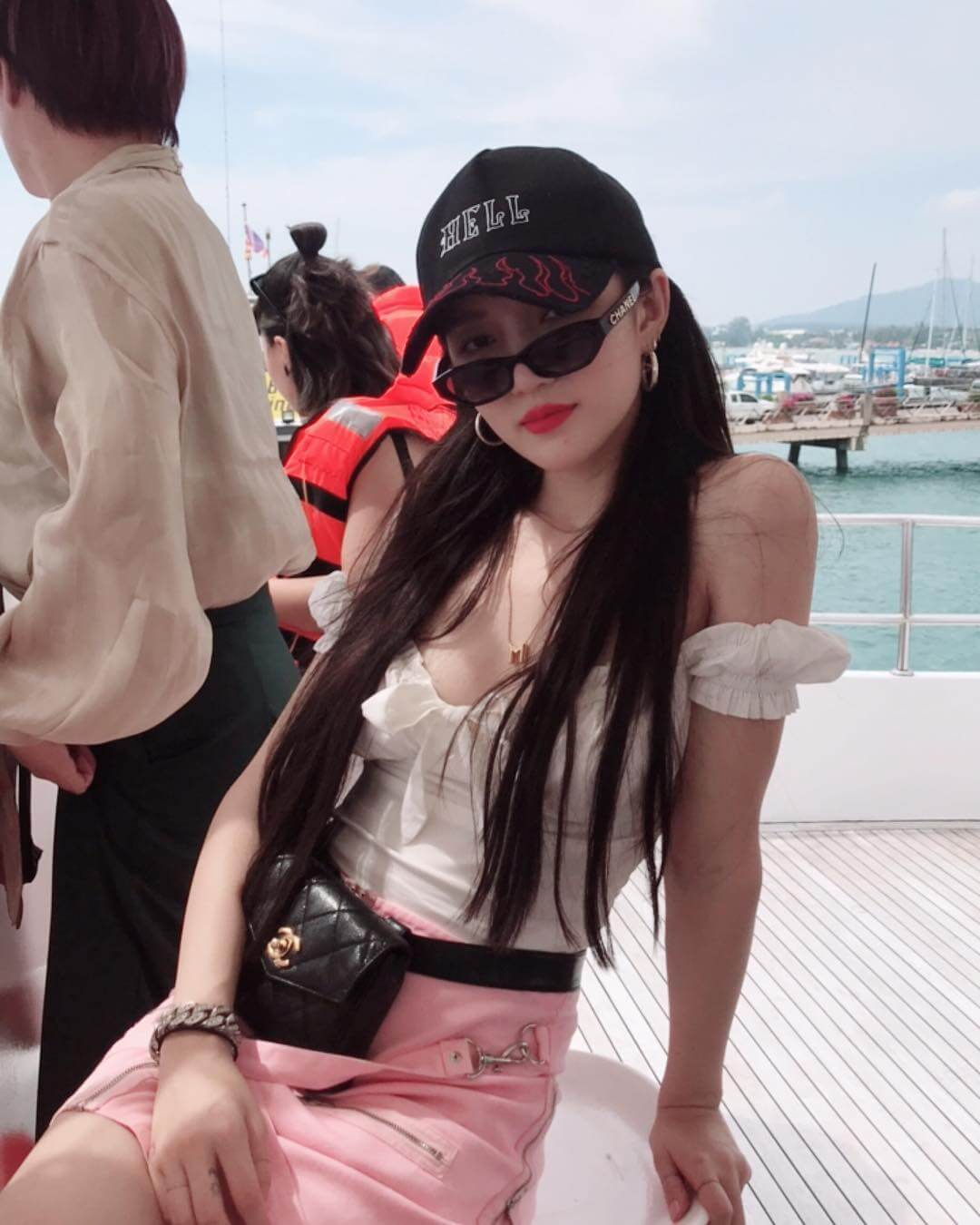 meng jia sexy cleavages