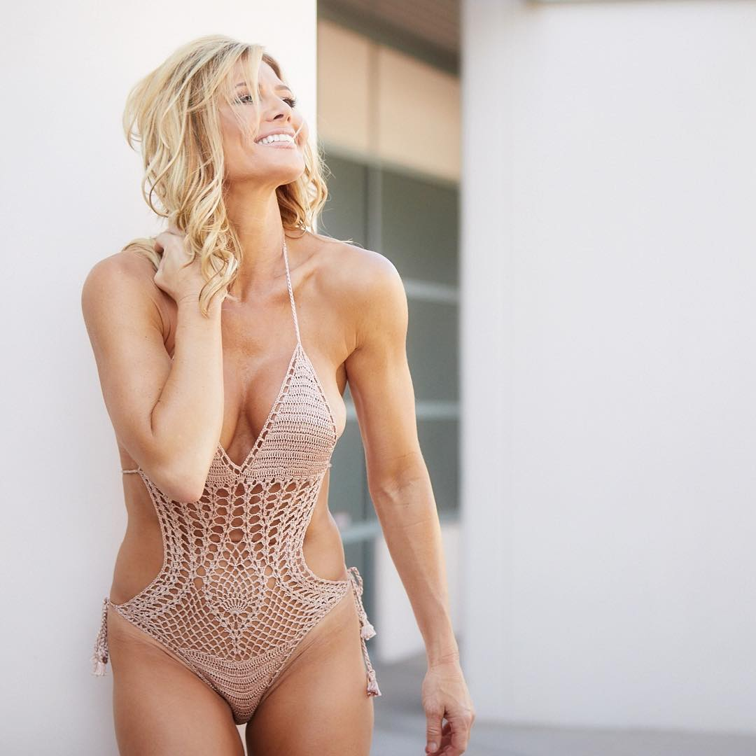 torrie wilson hot cleavage photos