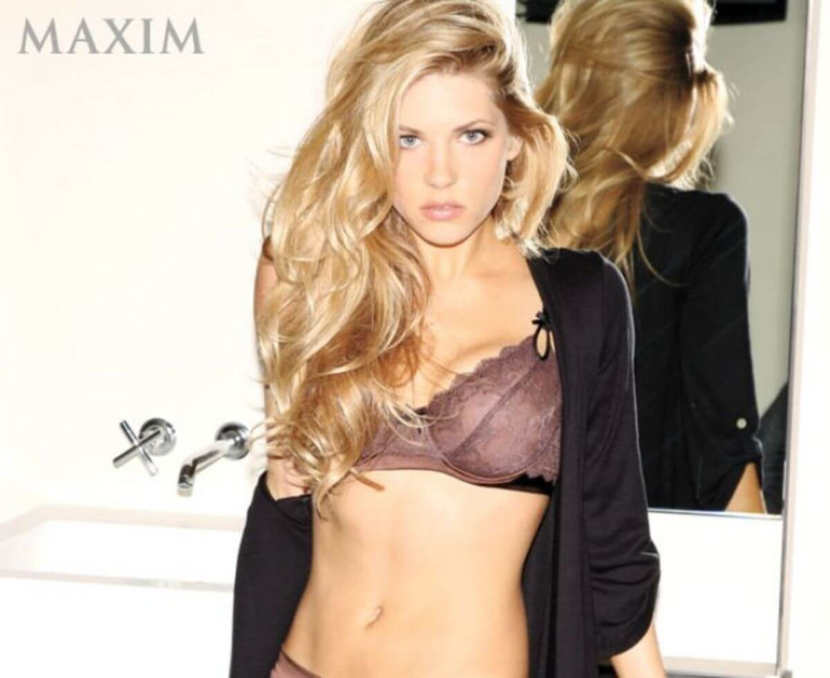 Katheryn Winnick hoit cleavages