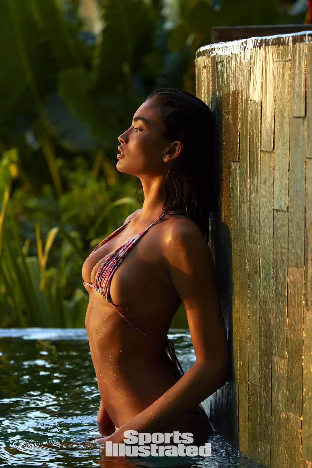 Kelly Gale sexy cleavages