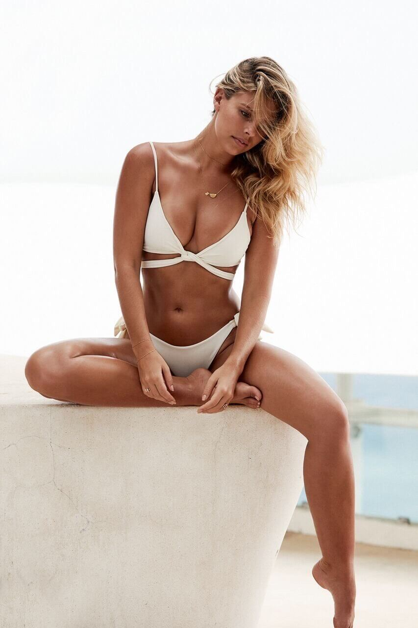 Natasha Oakley awesome cleavages (2)