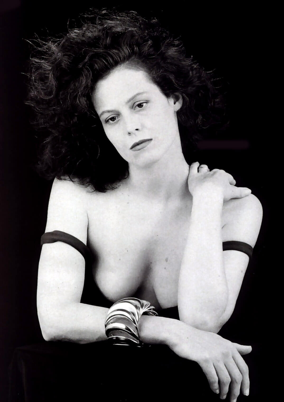 Sigourney Weaver hot cleavages pics