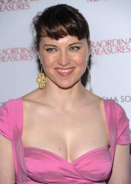 lucy lawless hot cleavage